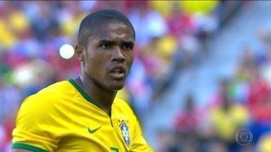 Após lesões, Douglas Costa está de volta aos gramados e a Seleção - Atacante foi cortado da Copa América, a Olimpíada e as primeiras convocações de Tite.