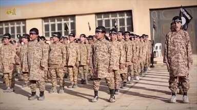 Menino raptado pelo Estado Islâmico foi treinado para matar a própria mãe - Nos últimos anos centenas de crianças foram levados pelo grupo terrorista. Garoto de apenas 5 anos conta como todos foram treinados para matar.