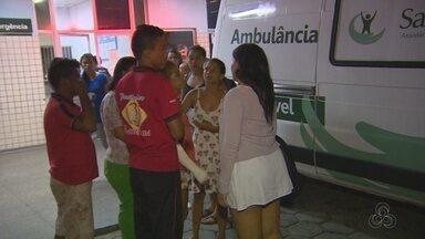 Vítimas de acidente de trânsito na AM-010 são atendidas em pronto-socorro de Manaus - Quatro crianças morreram em batida entre picape e ônibus.