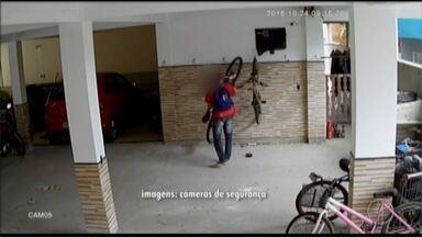 Homem corta cadeado, furta bicicleta em condomínio e sai pedalando em Cabo Frio, no RJ - Polícia analisou as imagens do circuito, que mostram a ação audaciosa.