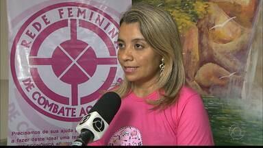 """Tatuagem solidária : tatuadores atendem mulheres com câncer na Paraíba - O projeto """"Tatoo Pela Vida"""" apoia a Rede Feminina de Combate ao Câncer e tatuam, de graça, mulheres que fizeram mastectomia."""