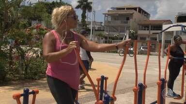 Academia ao ar livre atrai público em Salvador; veja - A reportagem visitou algumas academias ao ar livre para mostrar os cuidados que devem ser tomados na hora do exercício.