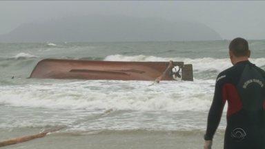 Barco naufraga em São Francisco do Sul e deixa desaparecidos - Barco naufraga em São Francisco do Sul e deixa desaparecidos
