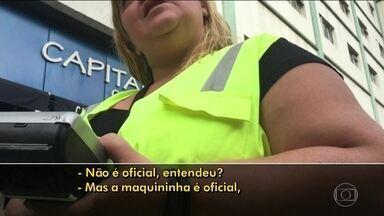 Flanelinhas vendem créditos da Zona Azul Digital em ruas da capital - Os motoristas encontram facilmente guardadores de vaga na região central de São Paulo. Eles usam coletes verde limão e têm uma maquininha, parecida com aquelas de cartão de banco, para vender Zona Azul por valor acima do oficial.