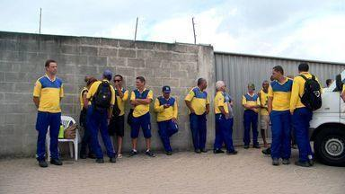 Carteiros fazem paralisação e reivindicam segurança, na Serra, ES - Cinquenta funcionários participaram do ato.Trabalhadores fecharam o Centro de Distribuição de Carapina.
