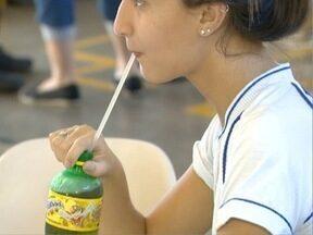 Consumo sem controle de refrigerantes pode gerar problemas de saúde - Muitos jovens têm sofrido com a diabetes devido ao excesso de açúcar.