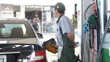 Redução do preço da gasolina anunciada pela Petrobras não chega aos postos em Rio Preto - A redução do preço da gasolina, anunciada pela Petrobras há cerca de 10 dias, não apareceu nas bombas dos postos da região e não deve aparecer. É que o preço do álcool adicionado à gasolina aumentou, de novo, e acabou anulando essa diferença. Quem depende de combustível está descontente, mais uma vez.