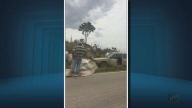 Motorista morre após carreta tombar e carga é saqueada no Sul de Minas - Motorista morre após carreta tombar e carga é saqueada no Sul de Minas