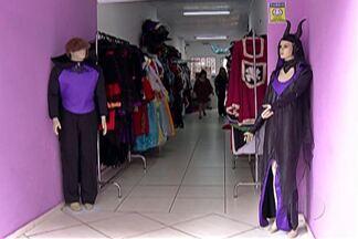 Comércio se prepara para vendas do Dia das Bruxas - Em Mogi das Cruzes, lojistas investiram em fantasias e acessórios.