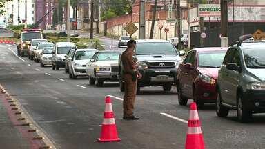 Polícia Militar e Receita Estadual realizam blitz em Guarapuava - Objetivo era fiscalizar o pagamento do IPVA.