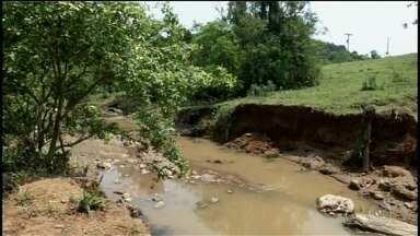 Chuva derruba pontes na zona rural de Itararé e produtores têm prejuízos - A forte chuva que atingiu Itararé (SP) no dia 17 de outubro deste ano fez com que oito pontes da zona rural caíssem, segundo a Defesa Civil. Por conta das quedas, produtores rurais afirmam que o escoamento está prejudicado.