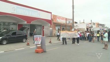 Funcionários públicos de Iguape protestam em frente à prefeitura - Eles estão em greve há quase duas semanas.
