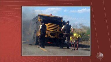 Bandidos rendem seguranças e explodem carro-forte na Br-116 - Veículo não estava transportando dinheiro e assaltantes roubaram espingardas dos seguranças.