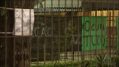 MEC vai decidir sobre Enem para 100 mil alunos em escolas ocupadas - O prazo para a desocupação das unidades de ensino terminou na segunda-feira (31). Cento e oitenta e um escolas ocupadas, em todo o Brasil, seriam usadas para o Enem.