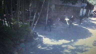 Policiais fazem operação no Morro do Banco para tentar achar os assassinos de uma dentista - Imagens de câmeras de segurança mostram a movimentação de bandidos no Morro do Banco, disputado por quadrilhas rivais.