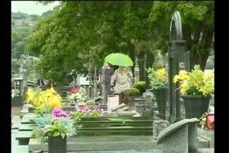 Movimentação intensa no cemitério no feriado - Em Santa Rosa, RS, o cuidado é com o mosquito da dengue.