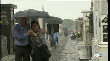 Chuva pega de surpresa quem estava passando pelo cemitério municipal - Veja como foi a manhã deste Dia de Finados, em Ponta Grossa