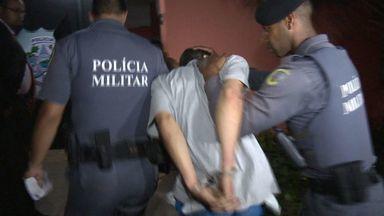 Filho de vereador é preso com mais de 100 pedras de crack em Vitória - Ele estacionou carro e, sem trancar, subiu para o Bairro da Penha.Policial civil percebeu cena suspeita e acionou a Polícia Militar.