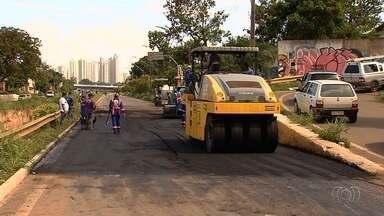 Motoristas desrespeitam sinalização e passam por trecho interditado da Marginal Botafogo - Forte chuva arrancou parte do asfalto e bloqueou uma parte da via.