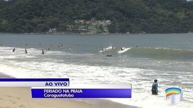 Turistas aproveitam feriado nas praias do litoral norte - Muita gente aproveitou folga para fazer o bate e volta.