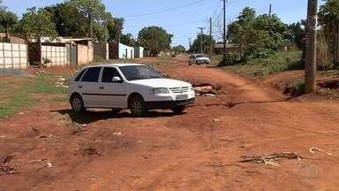 Moradores pedem mais segurança em bairro de Aparecida de Goiânia - Falta asfalto no Jardim Miramar e erosão preocupa população.