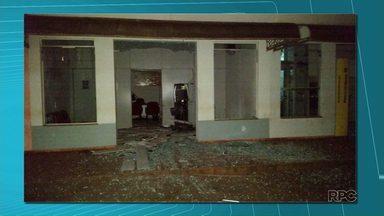 Bandidos explodem três agências bancárias em Itambaracá - A Polícia ainda está em busca dos assaltantes. Muitos estilhaços de vidro ficaram espalhados pelo chão. Em Londrina ladrões usaram um maçarico para levar o dinheiro de caixas eletrônicos.
