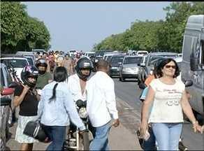 Em Gurupi, BR fica congestionada por visitantes de cemitérios - Em Gurupi, BR fica congestionada por visitantes de cemitérios