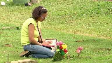 Cemitérios do DF estendem horário de funcionamento no Dia de Finados - Milhares de pessoas visitaram os túmulos de amigos e parentes.