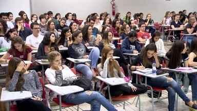 Alunos que vão ter o Enem adiado começam a receber mensagens de texto no celular - No DF, três mil estudantes terão que fazer a prova em dezembro por causa das ocupações das escolas.