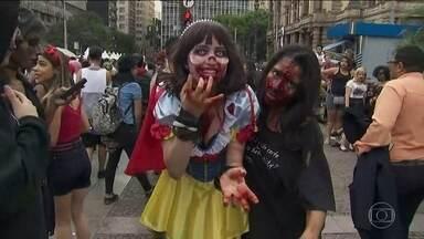 """Marcha dos Zumbis reúne """"monstros"""" em São Paulo - Criaturas sobrenaturais se reuniram nesta quarta-feira (02) em São Paulo. Monstros, homens sem cabeça, vampiros e muitos mortos-vivos se concentraram no centro da cidade. Crianças e até bebês participaram da brincadeira."""