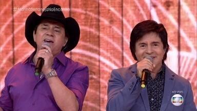 Chitãozinho, Xororó, Bruno e Marrone relembram sucessos da carreira - Fátima convida plateia para brincadeira com músicas sertanejas