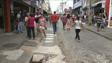 Projeto de reforma da Rua Grande, em São Luís, está parado e gera desconforto - Buracos, água de esgoto empoçada, lixo e muita desorganização. Essa é a situação da Rua Grande, principal rua do comércio em São Luís. Projeto já foi adiado duas vezes.
