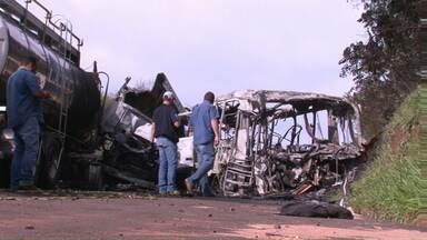 Acidente que matou 21 pessoas foi provocado por motorista, aponta perícia - Para os peritos, o motorista do caminhão que bateu de frente contra o ônibus, causou o acidente. Ele morreu na batida.