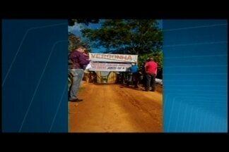 Moradores manifestam contra situação de ponte em Lagoa da Prata - Protesto é contra a demora na conclusão das obras da ponte de concreto sobre o Rio São Francisco.