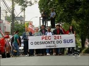 Diversas categorias protestam contra o Governo Federal em Passo Fundo, RS - Manifestantes se reuniram no centro da cidade para protestar contra a PEC 241