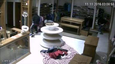Grupo quebra vitrine com estilingue e furta loja pela 2ª vez - Uma loja de roupas foi furtada por pelo menos 11 pessoas na madrugada desta sexta-feira (11), no centro de Botucatu (SP). Uma câmera de segurança do estabelecimento flagrou o crime, que ocorreu no mesmo horário e da mesma maneira de um primeiro roubo registrado no local há menos de dois meses.