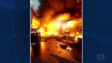 Polícia conclui que caminhoneiro provocou grave acidente no Paraná - Segundo laudo, caminhão invadiu pista contrária, bateu de frente em ônibus e atingiu outro carro. O motorista do caminhão e outras 20 pessoas morreram.