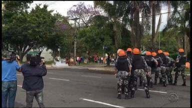 Protesto contra PEC do teto de gastos reúne manifestantes em Porto Alegre - Grupo contesta a proposta que limita as despesas públicas por 20 anos.