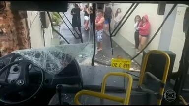 Acidente com ônibus deixa dois feridos no Cachambi - O motorista disse que faltou freio e não conseguiu fazer uma curva. Outro acidente, desta vez, envolvendo uma van, aconteceu no elevado Paulo de Frontin.
