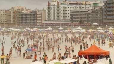 Praias de Cabo Frio, RJ, ficam movimentadas apesar da chuva neste domingo - Turistas e moradores aproveitaram feriado prolongado da Proclamação da República.