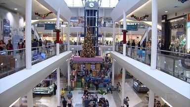 Mesmo com a crise, comerciantes de BH acham que podem faturar mais neste Natal - Eles apostam nos presentes bons e baratos pra driblar o momento ruim da economia.