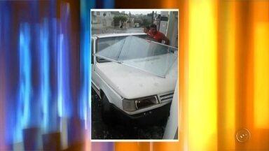 Carro desgovernado atinge fachada de empresa em Itápolis - A fachada de vidro de uma empresa foi atingida por um carro depois que um motorista perdeu o controle do veículo, no cruzamento da avenida Carlos Adolfson com a Rua Boiadeira, em Itápolis (SP), na tarde de domingo (13).