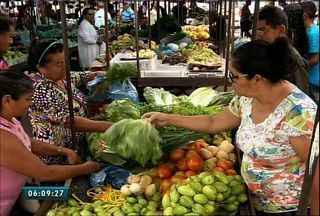 Feira de frutas e verduras atrai compradores de Ubajara e municípios vizinhos - Frutas frescas e preços baixos são os atrativos para quem visita a feira do município.