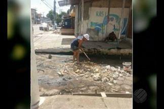Moradores do bairro da Condor, em Belém, reclamam das péssimas condições de rua - População diz que falta manutenção dos esgotos. Para amenizar a situação, eles decidiram fazer uma coleta e aterrar alguns pontos da via para evitar alagamentos.