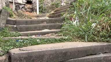 Moradores reclamam de escadaria com problemas estruturais na região da Vasco da Gama - A escada tem vários degraus soltos e um esgoto corre por debaixo; confira a denúncia na reportagem.
