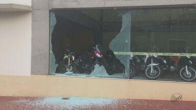 Vândalos jogam pedras e atiram contra loja em São Carlos - Comerciantes e moradores afirmam que problema é recorrente; polícia diz que vai investigar.