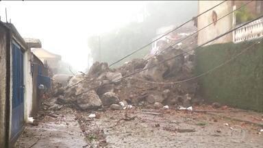 Duas pessoas morrem em deslizamento na Região Serrana do Rio - Uma mulher de 49 anos e um idoso de 70 que foram soterrados no deslizamento de rochas na noite desta segunda-feira (14) no bairro Quitandinha, em Petrópolis.