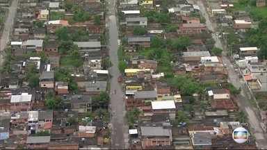 Chuva causa prejuízos em Duque de Caxias, na Baixada Fluminense - Em Xerém foram registrados nove deslizamentos. A Defesa Civil interditou cinco casas atingidas no alto de uma encosta. Moradores tiveram que sair às pressas da região.