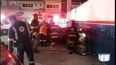 Homem morre e namorada fica ferida em acidente em São José - Veículo desgovernado bateu em parede de posto de combustível.