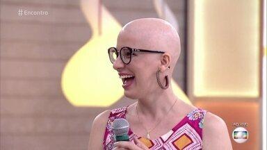 Carmem teve calvície androgenética aos 18 anos - Ela tentou diversos tratamentos para parar a queda do cabelo e levou 10 anos até se sentir à vontade para mostrar a careca